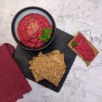 Samen-Knäckebrot und Rote Beete Humus angerichtet